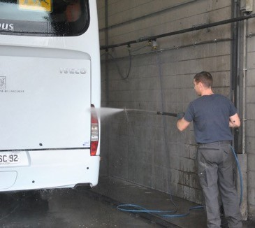 Lavage Global Bus à la sortie de l'atelier Global Bus Iveco Bus